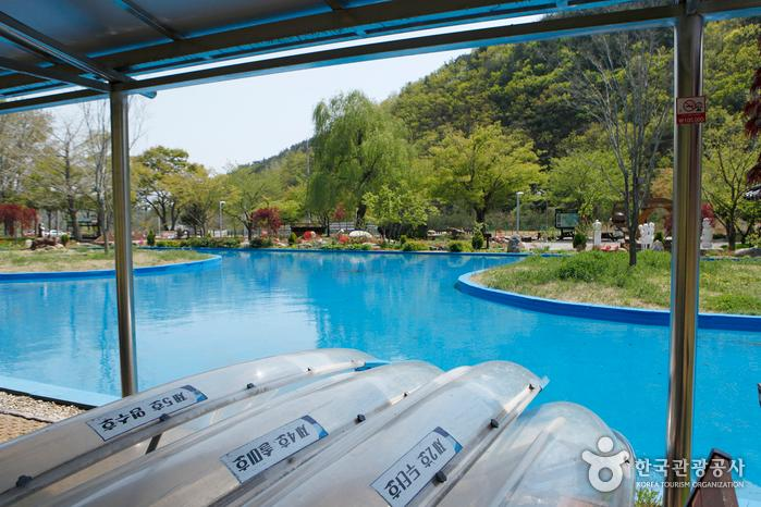 투명 카누 체험은 여름 인기 프로그램이다.