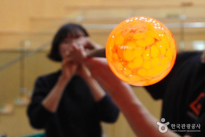 블로파이프 끝에 액체 유리를 찍어 풍선 불 듯 공기를 주입하는 블로잉 체험