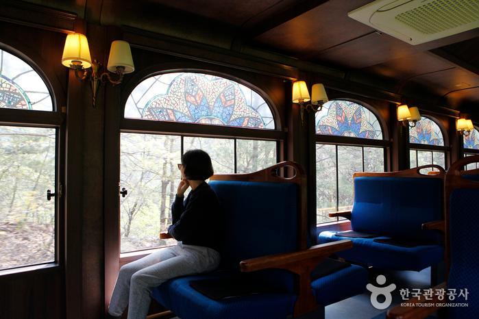 증기형 관광열차로 개조한 스위치백트레인의 고풍스러운 객차